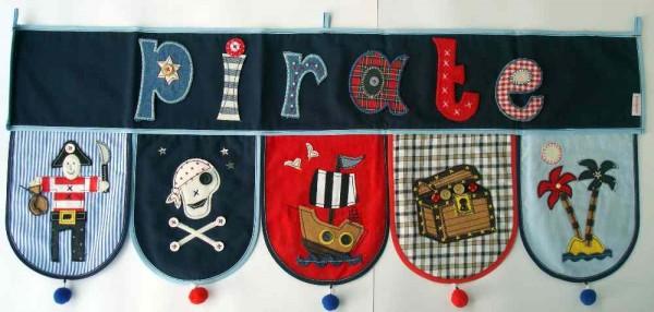 Das Piraten Namen Banner fürs Kinderzimmer ist auch ein Geschenk für Baby und Kind zu Weihnachten bei www.namengeschenk.de