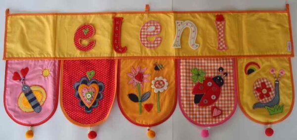 Der Baby Name ist eine persoenliche Geschenkidee fuers Kinderzimmer bei www.namengeschenk.de